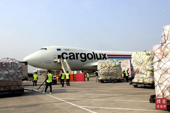 """3月22日,卢森堡货运航空的一架波音飞机从郑州机场起飞,飞机上装载着河南向卢森堡捐赠的首批抗""""疫""""医疗物资。中新社记者 王中举 摄"""